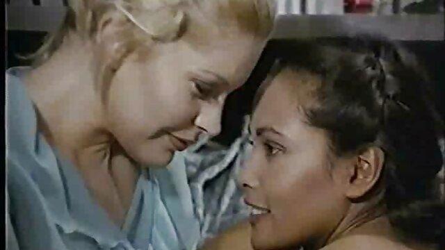 Una bruna carina in video pornografici vintage calze si una figa con un dildo