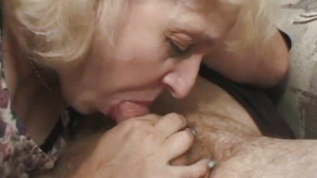 Un ragazzo, calvo, sorella, fratello, una giovane ragazza film porno matura italiana davanti a questi specchi